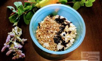 Шаг 5:  Высыпьте измельченные грецкие орехи в тарелку.