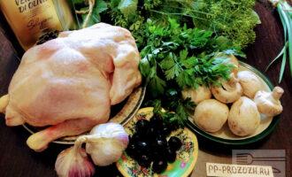 Шаг 1: Для приготовления салата возьмите: куриное мясо, шампиньоны, оливки, чеснок, зелень, оливковое масло, соль.