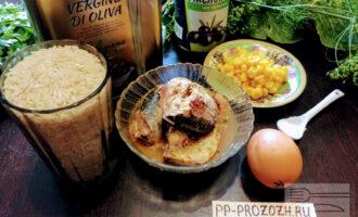Шаг 1: Для приготовления такого салата возьмите: сардину в масле, куриное яйцо, консервированную кукурузу, маслины, оливковое масло, соль.