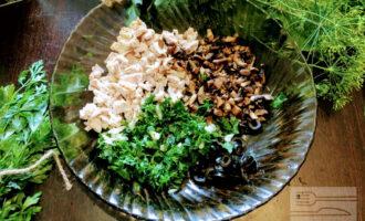 Шаг 5: Зелень мелко порубите. Пару зубчиков чеснока почистите и измельчите. В глубокую тарелку высыпьте нарезанные ингредиенты.
