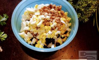 Шаг 5: Яйцо отварите до полной готовности и порежьте кубиками, затем добавьте в салат. Посолите.