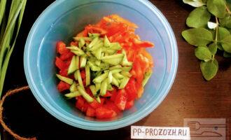 Шаг 6: Огурцы порежьте соломкой. В глубокую миску сложите порезанные овощи.