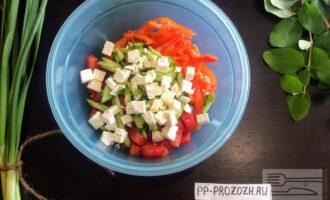 Шаг 7: Сыр брынзу нарежьте кубиками и добавьте в салат.