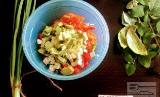 Шаг 8: Авокадо очистите от кожуры, нарежьте кубиками и высыпьте в салат.