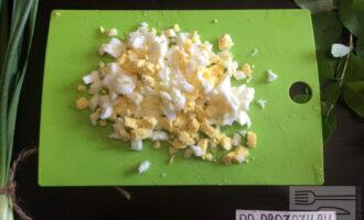 Шаг 6: Яйца порежьте кубиками.