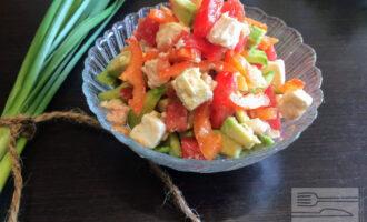 Шаг 9: Посолите и полейте оливковым маслом. Перемешайте салат и подавайте к столу.