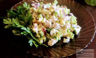 Диетический салат с курицей и огурцом