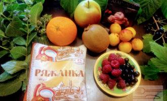 Шаг 1: Для приговления десерта возьмите: ряженку, апельсин, киви, яблоко, абрикосы, малину, смородину.