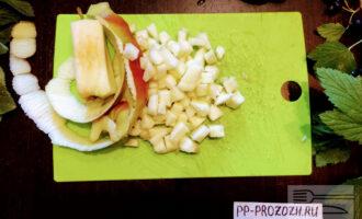 Шаг 3: Яблоко очистите и нарежьте мелкими кубиками.
