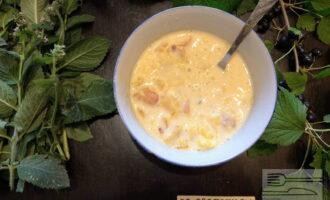 Шаг 8: Измельчите апельсин в блендере и смешайте с ряженкой. Абрикосы мелко порежьте и добавьте в ряженку с апельсином.