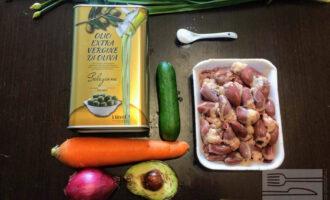 Шаг 1: Для салата возьмите: куриные сердечки, свежий огурец, авокадо, красный лук, морковь, оливковое масло.
