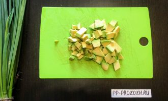 Шаг 3: Авокадо очистите от кожуры и мелко нарежьте.
