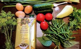 Шаг 1: Для салата возьмите: спаржу, свежие огурцы, помидоры, яйца, оливковое масло, перец сладкий и соль.