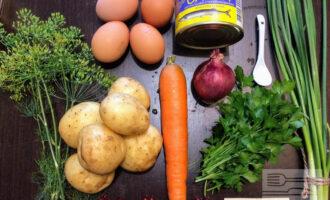Шаг 1: Для приготовления данного блюда возьмите: консервированную сайру, четыре сваренных вкрутую яйца, четыре крупных картофелены (отваренных до готовности в кожуре), вареную морковь, луковицу, зелень и соль. Салат будет слоеным, с повторением каждого слоя. Поэтому берите на каждый слой половину приготовленного ингредиента.