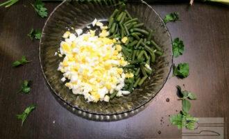Шаг 4: В глубокую миску высыпьте спаржу. Порежьте мелко яйца и добавьте к спарже.