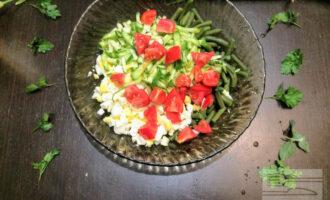 Шаг 6: Помидоры порежьте крупно кубиками  уложите в салат.