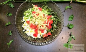 Шаг 7: Сладкий перец нарежьте соломкой, добавьте к остальным ингредиентам. Посолите и полейте оливковым маслом (примерно пол столовой ложки).
