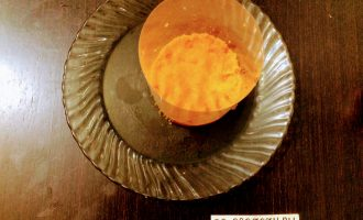 Шаг 3: На мелкую тарелку поставьте кольцо для формирования салата. Если нет кулинарного кольца, можно отрезать от пластиковой бутылки дно и горлышко. Все ингредиенты рассчитаны на две порции. В форму на дно уложите одну часть моркови, чуть посолите.