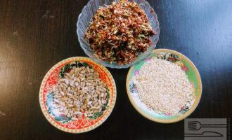 Шаг 1: Для приготовления паштета возьмите: проросшие семена льна, очищенные семечки подсолнечника и белый кунжут.