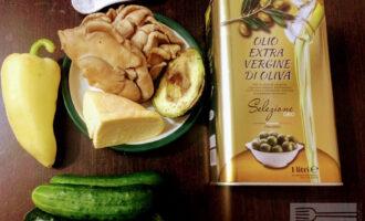 Шаг 1: Для приготовления салата возьмите: вешенки, сыр Тофу, авокадо, болгарский перец, свежий огурец, оливковое масло.