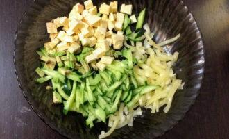 Шаг 5: Сыр нарежьте кубиками, можно слегка обжарить. Высыпьте в салат.