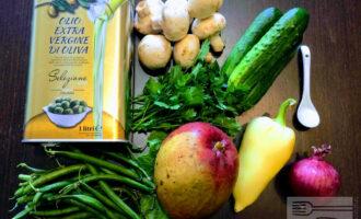 Шаг 1: Для приготовления салата возьмите: манго, огурец свежий, лук красный, перец болгарский, шампиньоны или вешенки, спаржевую фасоль, зелень, соль, оливковое масло.