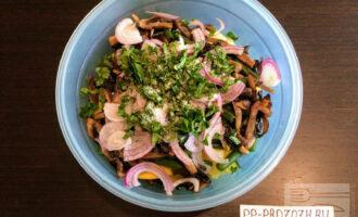Шаг 8: Мелко порубите зелень и высыпьте в миску с остальными ингредиентами.