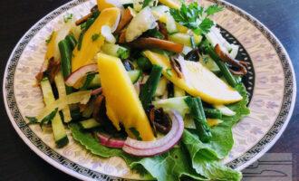 Шаг 9: Посолите, полейте оливковым маслом (примерно чайная ложка). Перемешайте ингредиенты и подавайте готовый салат на стол.