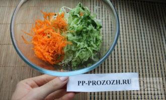 Шаг 5: Морковь натрите на мелкой терке. Сложите все овощи в салатник.