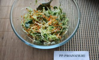 Шаг 7: Заправьте оливковым маслом и хорошенько перемешайте. Ваш салат Метелка готов!