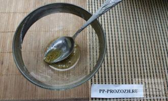 Шаг 2: В салатнике смешайте масло и специи.