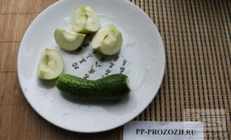 Шаг 3: Очистите яблоко от семян и подготовьте огурец.