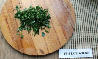 Шаг 6: Нарежьте зелень сельдерея.