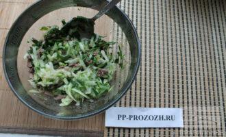 Шаг 7: Сложите все ингредиенты в салатник и перемешайте.