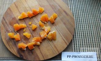 Шаг 5: С апельсина удалите пленку и нарежьте крупно.