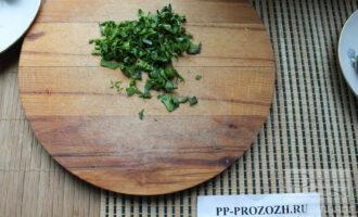 Шаг 2: Зелень мелко порубите.