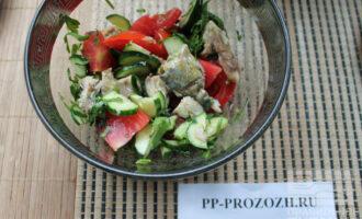 Шаг 7: Заправьте маслом и перемешайте. Ваш салат готов!