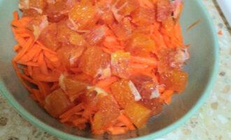 Шаг 4: Нарежьте апельсин в произвольной форме и добавьте к моркови.