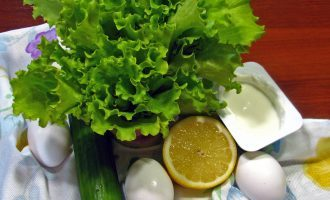 Шаг 1: Приготовьте ингредиенты. Листья салата тщательно промойте.