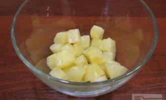 Шаг 3: Слейте воду из ананасов, положите кусочки в миску.