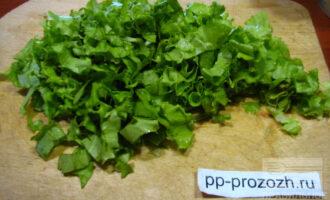Шаг 4: Листья салата мелко порубите.