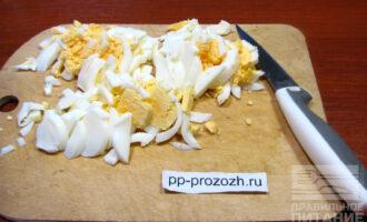 Шаг 5: Отваренные яйца порежьте соломкой.