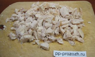 Шаг 6: Вареное куриное филе порежьте на средние кусочки.