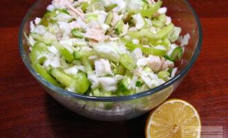 Шаг 7: Смешайте все ингредиенты в салатнике, перемешайте. Добавьте сок лимона и растительное масло. Салат готов.