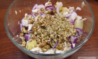 Шаг 7: Добавьте все ингредиенты в миску к ананасам, перемешайте. Салат готов.