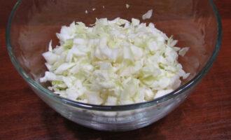 Шаг 3: Пока варится куриное мясо, займитесь овощами. Нашинкуйте мелко капусту.
