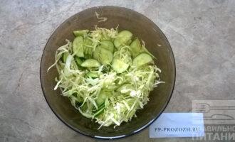Шаг 3: Огурцы нарежьте удобным для Вас способом. Добавьте в миску с капустой.