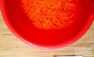 Шаг 2: Морковь промойте, очистите и натрите на средней терке.