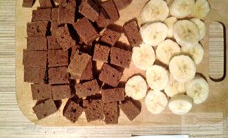 Шаг 6: Готовый и остывший бисквит порежьте кубиками, а банан - кружочками.