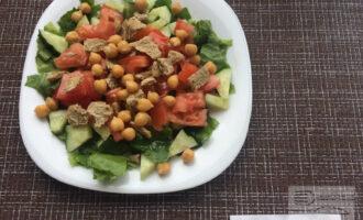 Шаг 5: Полейте салат соусом перед подачей.